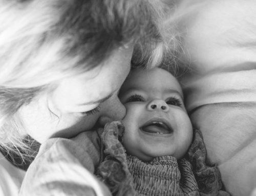 Innige Momente zwischen Mama und Baby bei einer Homestory