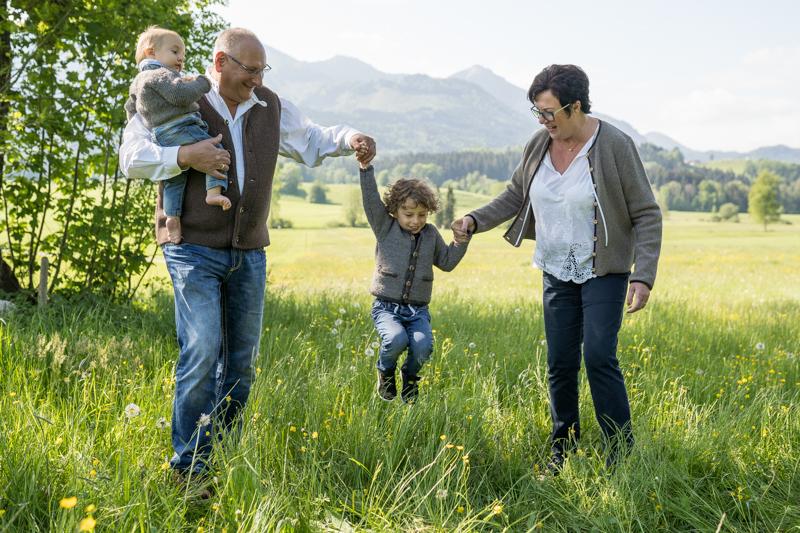 Familienbilder Outdoor mit Oma und Opa für Rosenheim, Chiemgau, Prien am Chiemsee und München
