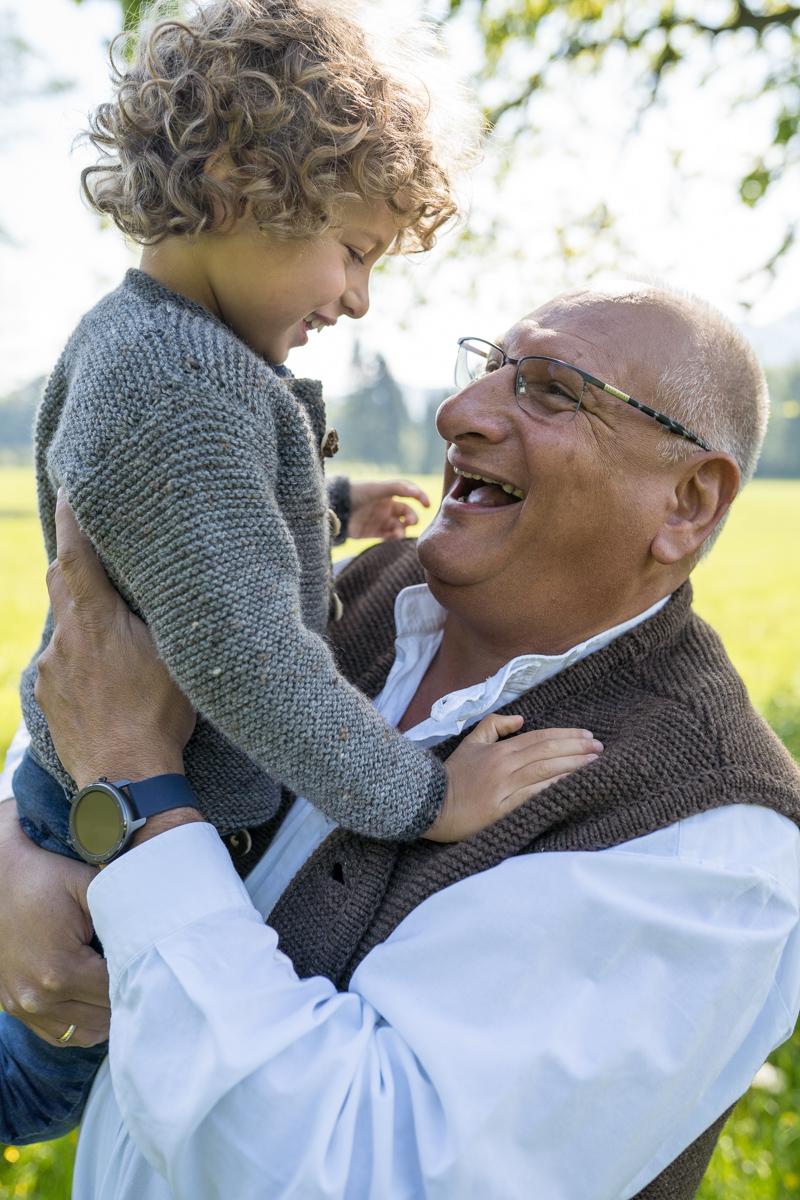 Familienbilder Outdoor Opa mit Enkel für Rosenheim, Chiemgau, Prien am Chiemsee und München