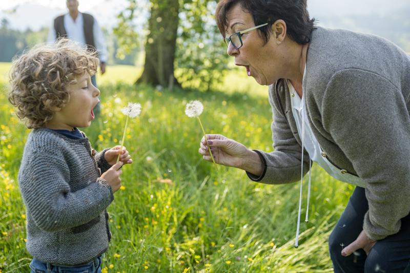 Familienbilder Outdoor Oma mit Enkel für Rosenheim, Chiemgau, Prien am Chiemsee und München