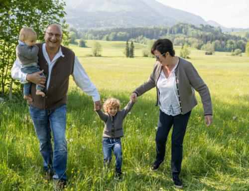 Outdoor Familienbilder zusammen mit Opa und Oma