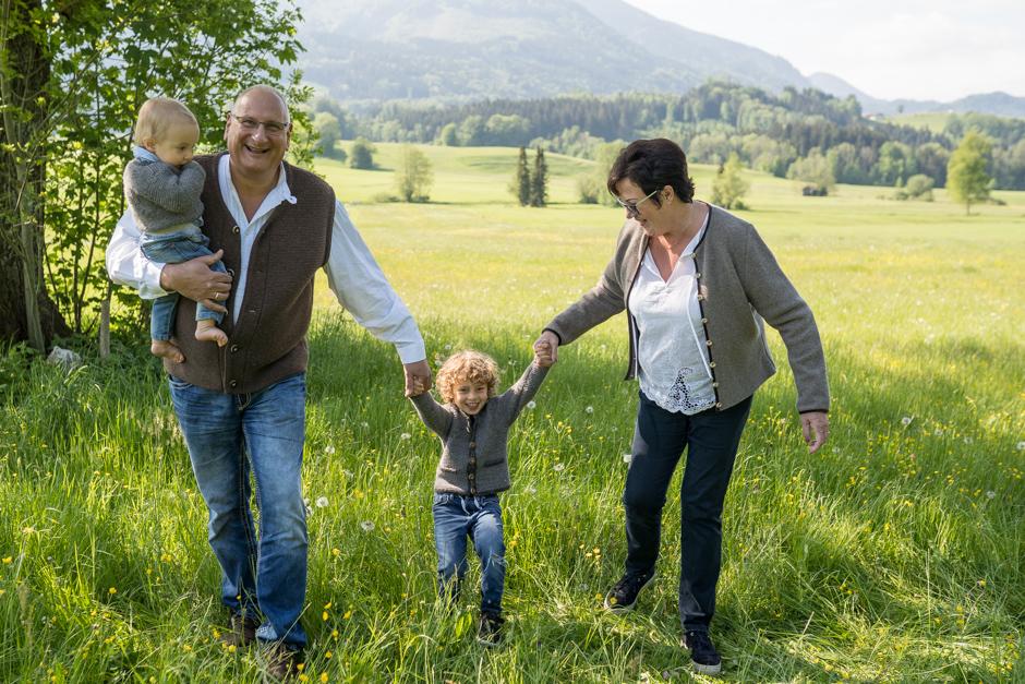 Familienbilder Outdoor mit Opa und Oma für Rosenheim, Chiemgau, Prien am Chiemsee München